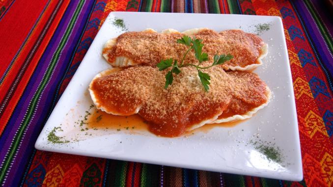 plato de ravioles con salsa