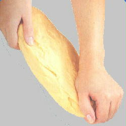 Foto para ver cuál es la posición correcta de las manos  durante el amasado