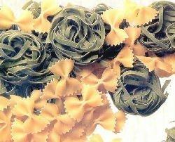 Foto de pastas secas en este caso moñitos y cintas nidos