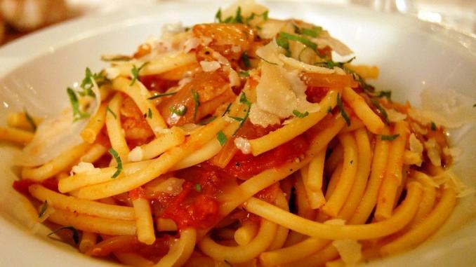 plato de bucatini con salsa
