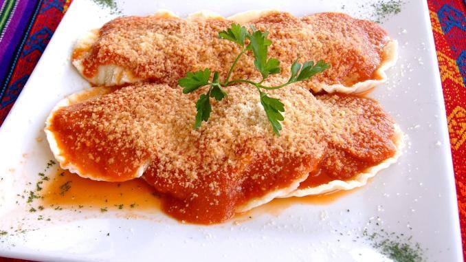 plato ravioles salsa