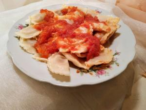 Ravioles de espinaca con salsa agridulce de manzana y tomate