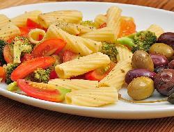 Ensalada de macarroni con repollo, tomates, coliflor, aceitunas, albahaca