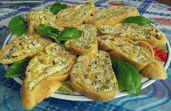 Pasta casera enrollada y rellena con mejillones