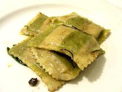 Raviolones de acelga y espinaca con salsa a los cuatro quesos