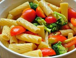 Ensalada picante de macarrones con tomates, chile y hiervas