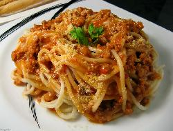 Spaghetti con salsa de pollo y jamón cocido