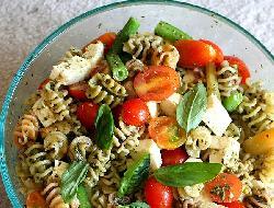 Ensalada de pasta con tomates y huevo
