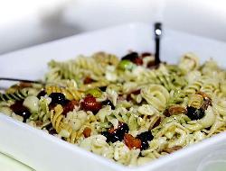 Ensalada de macarrones con queso mozzarella o muzzarella y tomates