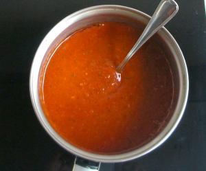 Salsa de tomate y albahaca para ravioles caseros