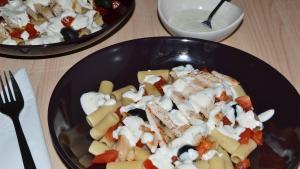 Ensalada de pasta integral al estilo griego