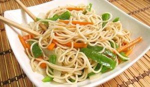 Fideos fritos con verduras
