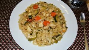 Tallarines de arroz con pollo al estilo chino