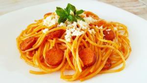 Espaghetti en salsa de pimiento rojo y salchichas de pavo