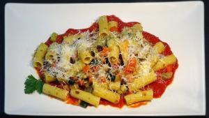 Rigatoni con vegetales y beicon