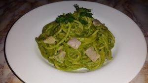 Espaguetis verdes con jamón de pierna