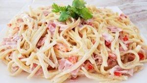 Spaghetti a la crema con jamón y pimiento