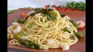 Espaguetis con espárragos y gambas