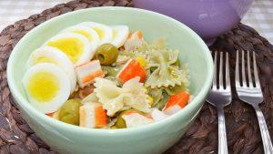 Ensalada de pasta fría con atún y huevo