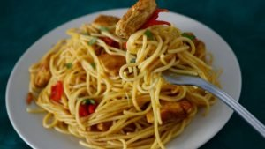 Espaguettis con pollo al curry